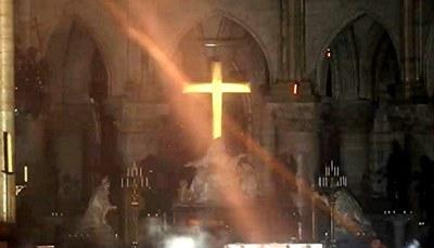 Notre Dame de Paris brûle — Français